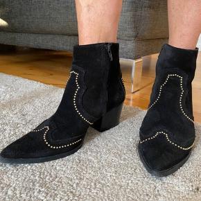 Fede støvler fra Billi Bi i str 37. Brugt meget få gange og derfor ingen tegn på slid på støvlen, andet end lidt på sålen. Hælhøjde: 7 cm💛 nypris 1399!