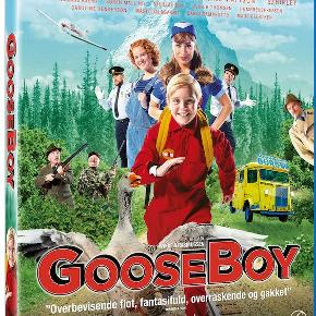 """0455  Gooseboy - Blu-Ray Dansk Film - I FOLIE   I """"Gooseboy"""" møder vi drengen Viggo, der lever og ånder for spilverdenen. En dag ændres hans liv dog brat, da en gås crash-lander på altanen, og det ovenikøbet viser sig, at gåsen kan tale! Gåsen er desperat for at indhente sin flok, men har brækket vingen, så Viggo må træde i karakter og hjælpe sin nye ven. Sammen kommer de på en forunderlig, fantastisk og farverig rejse, der viser sig være langt mere krævende end Viggo nogensinde havde kunne forestille sig!"""