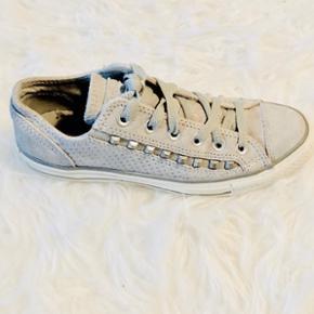 Lysegrå ruskinds Converse sneakers med nitter. Brugt 1 gang, og i helt ny stand.   ✨Str. 37,5 ( kan bruges af 37 og 38)  ✨bytter ikke