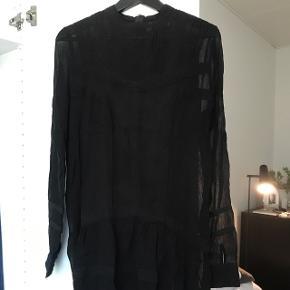 Sort kjole fra Neo Noir. Har været brugt en enkelt gang. Kjolen er en størrelse small.