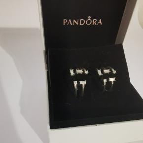 Pandora massiv sølv ringe, har 2 stk. En i en str. 54 og en str. 58 kan reguleres lidt i str.   50 kr Pr. Stk  Har været brugt lidt, derfor den lave pris. Men fejler intet.  Byd gerne, hvis andet også har interesse.