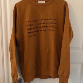 Wood Wood sweatshirt i rust/orange.  Er brugt, men fejler intet. Det er en herremodel, men kan sagtens bruges af både herre og dame.  Bud er velkomne.