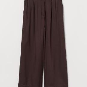 Fine oversize brune ankellange bukser fra H&M i 100% viskose. Passes af en str. 42 også efter vask.