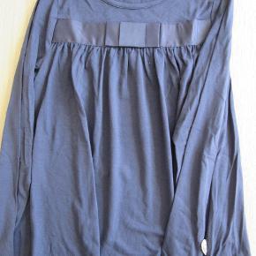 Fin blå Pompdelux bluse, str. 128. Den er ikke med mærke, men jeg mener ikke den overhovedet kom i brug. Sælges for 60 kr. pp, men KUN via Mobilepay.