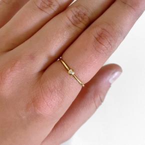 Ny lækker princess ring fra Jane Kønig Aldrig brugt, eller har tegn på slid, ingen skævheder eller ridser Ringen er en str: 54 Nyforgyldt med 14 karat, så forgyldningen holder lige så længe som et nyt smykke. Der er 1 0,01 carat ægte diamant i ringen Egen BY MARIA BUUR æske medfølger   Jeg er villig til at bytte hvis du har noget jeg søger