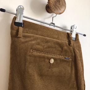 """Brune chinos i fløjl. Aldrig brugt. Stretch slim fit.  Størrelse: Waist 34"""", lenght 32 (lagt op til en størrelse lenght 30).   Materiale: 99% bomuld, 1% elastan."""