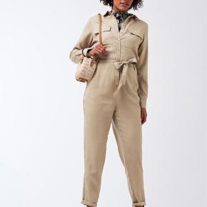 Jumpsuit buksedragt fra gina tricot :-) Den er udsolgt i de fleste str ,)) jeg bruger den desværre ikke og har kun brugt den en gang. Np 500kr