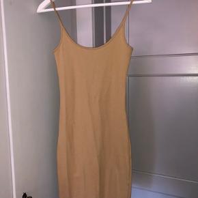 Smuk kjole. Basic strop kjole i smuk beige farve. Passes af small og xs. Aldrig brugt