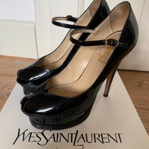 Smukke Yves Saint Laurent stillett med plateau i sort lak-læder. Brugt få gange og passet godt på. Der medfølger original æske og dust bag. Spørg gerne efter flere billeder.