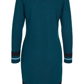 Lun kjole/tunika i strik (uld/dralon, halvt af hver - kradser ikke!). Brystvidde 120, længde 100 Bytter ikke