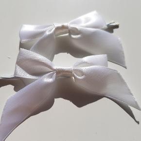 To stk hårnåle med hvide sløjfer