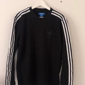 Langærmet t-shirt fra Adidas Originals med riller langs armene - se billede Byd