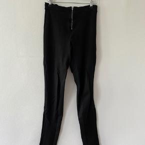 Sorte leggingsbukser med lynlås foran fra Mads Nørgaard.   Passer også en XS/S.  86% VISCOSE 11% nylon 3% Lycra