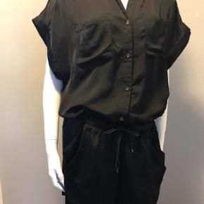 Varetype: Buksedragt Størrelse: 38 Farve: Sort Oprindelig købspris: 1899 kr.  Rigtig fin buksedragt med bindebånd i livet.