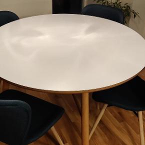 Olieret eg som bordben. Der er en mindre skade på bordpladen, hvor en skrue har prøvet at komme igennem. Det er blevet brugt som ekstra bord til gæster. Hurtigt og nemt at samle.