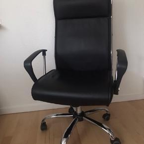 Komfortabel sort kontorstol i kunstlæder med polstret sæde, ryglæn og nakkestøtte. Justerbar højde og ryg.  Nypris i Jysk 599 kr