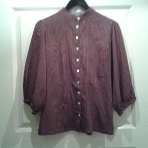 Varetype: Skjorte Farve: Bordeaux  Sød Noa Noa skjorte med fine detaljer.