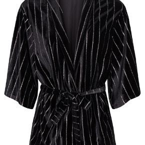 Sort kimono med 3/4 ærmer og sølv glitter fra Co'couture. Der er bindebånd i taljen og er lavet i det lækreste velour.  Sælger også bukserne der passer til. Giver det fedeste sæt! Sælges evt. også samlet for et sætpris.   Kun brugt én aften (nytårsaften) står som ny.  Nypris: 700,-