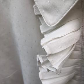 Fin hvid skjorte med flæse og små prikker