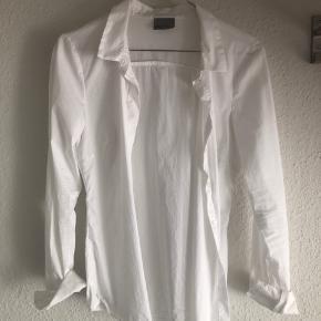 Fin skjorte i god kvalitet - næsten aldrig brugt!