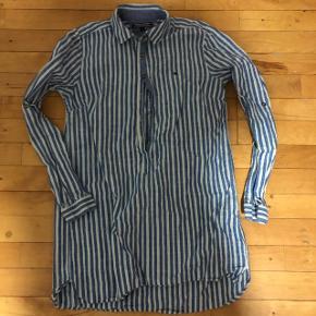 Tommy Hilfiger skjorte. I st. S. Hvis i interesseret er i velkommen til at skrive til mig -jeg kan også sende flere billede af skjorten, hvis det nødvendigt :)  I er velkommen til at byde. Vi kan altid finde ud af noget. :)