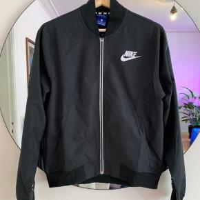 Tynd, Nike bomber jakke i mørk grå, aldrig brugt.