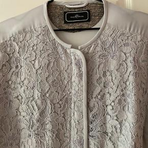Yndig jakke som aldrig er blevet brugt.  Det var meningen den skulle bruges til et bryllup, men jeg valgte en anden løsning. Så den står som ny.  Køber betaler forsendelsen og prisen er fast.