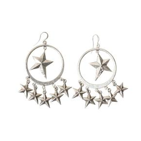 Varetype: -=NY=- Øreringe Størrelse: 8 cm Farve: Sølv Oprindelig købspris: 400 kr.  A&C JEWELLERY ØRERINGE MED STJERNER  Flotte sølvfarvet øreringe med stjerner fra A&C JEWELLERY DESIGN OSLO.  Længde: ca. 8 cm  Serie: Signature Model: Stars Silver Style: 1032-1260   Varens stand: aldrig brugt