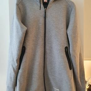 Kari Traa Lis Hoodie - Fin jakke i lang model med hætte. Er aldrig brugt.