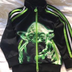 Størrelse 3-4 år  Fed Adidas trøje med yoda Star Wars print . Neon detaljer. Super sej.