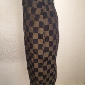 Sort og brun ternet knælang nederdel fra Fendi i størrelse it 46 - så størrelse m/l.