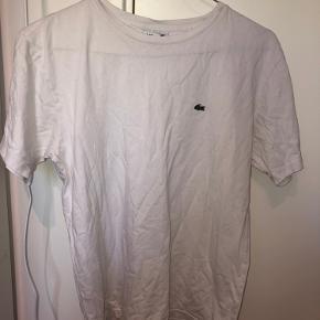 T-shirten er en børnemodel og derfor er størrelsen 164 cm, den svare til en størrelse small Byd gerne