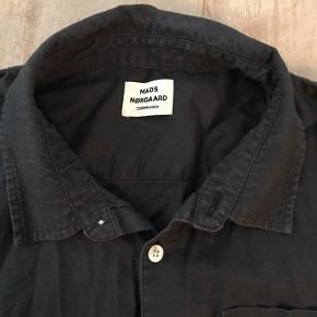 Fed skjorte fra Mads Nørgaard i flot mørkegrå farve.  I fin stand. Ingen slid
