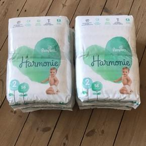 224 stk (4 x 56 bleer). 4 helt nye og uåbnede pakker Pampers Harmonie (Pure herhjemme). Størrelse 2 - 4-8 kg.   Købt i Frankrig Nypris ca. 80 euro / 600 kroner.   Yderligere beskrivelse: Pampers Harmonie 56 Diapers Size 2 (4-8Kg) are made from plant-based ingredients such as high quality cotton and other carefully selected materials.  They are hypoallergenic, dermatologically tested and independently certified by the Oeko-Tex laboratory. Pampers Harmonie diapers are made without perfume, lotion, chlorine bleach or any of the 26 allergens listed by the EU.  High quality cotton is grown as part of a responsible sector. The supplier is a member of the Cotton LEADS program that promotes sustainable and quality sourcing.  The Pampers Harmonie Diaper offers up to 12 hours of protection for baby, who deserves that one takes care of his skin gently and without compromise:  - Absorbent core made of cellulose from sources that are managed responsibly, - Absorbent upper veil of plant origin, - Soft and extensible clips.  On the diaper, the urine indicator can detect when to change the baby.  The adorable prints, different in each package, will seduce you.
