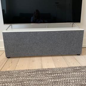 Sælger dette TV-møbel fra BoConcept. Lågen er lavet af stof så signal fra udstyr kan gå igennem.   BYD!