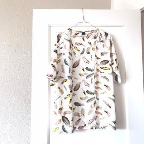 Rigtig fin hvid kimono med print af fjer på 🕊 af mærket By Hound i str. M ✌🏼 helt perfekt stand, brugt få gange! Kan bruges som cardigan over en t-shirt, eller f.eks. på stranden udenpå bikinien 🌞  Bemærk - afhentes ved Harald Jensens plads eller sendes med dao. Bytter ikke 🌸  ✨ Bluse cardigan løs hvid fjer farvet farvede kimono