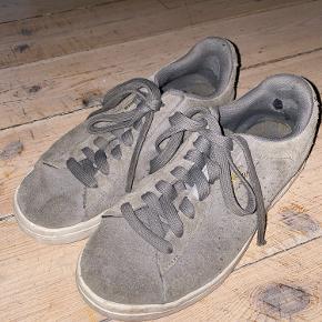 Der er et lille hul inden ved sålen som kan ses på billede to, men de ses ikke når man har skoen på