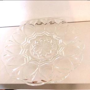 Glas-fad. Fin stand men med nogle ridser i glasset, deraf prisen.  Ca. 28x27 cm.  Fast pris.   Mødes og handle på Nørrebro. - sender ikke.  Bytter ikke.