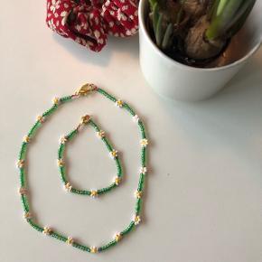 Grøn perle halskæde med hvide blomster og matchende armbånd  💮 Prisen er inkl Porto
