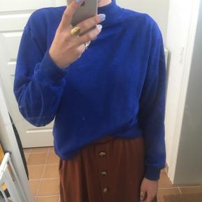 """Blå sweatshirt fra Moss Copenhagen. Stor i størrelsen, kan også passes af en M og lille L vil jeg tro.   Brugt meget lidt men har lidt """"fnuller"""" - kan nemt fjernes med et stykke tape eller barberblad."""
