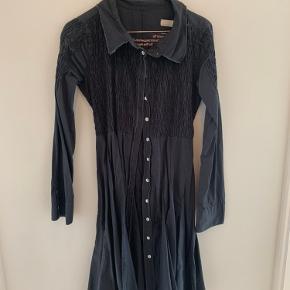 Smuk kjole fra Odd Molly med smukke detaljer.