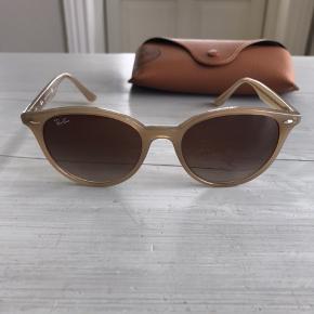 Så flotte og klassiske solbriller fra Ray Ban. Brugt få gange. Perfekt stand. Se mine andre annoncer!