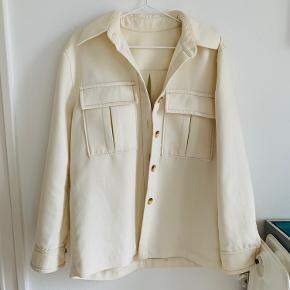 """Sælger min skønne """"jakke""""/ """"blazer"""" fra & other stories. Farven er en knækket hvid og rigtig cool og oversize.  Np: 700 Mp: 300"""