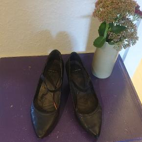 Skoene skal have nye 'hældimser' på. Har brugsmærker på hælene.  Sendes ikke. Kan afhentes i Vanløse