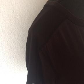 Calvin Klein - lang t-shirt Str. XS Næsten som ny Farve: sort Mål: Brystvidde: 98 cm hele vejen rundt Længde: 80 cm Køber betaler Porto!  >ER ÅBEN FOR BUD<  •Se også mine andre annoncer•  BYTTER IKKE!
