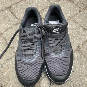 Nike Air Max 1G golfsko i str.43. Aldrig brugt. Har også et par hvide til salg i str.43. Sælges samlet for 700 kr.
