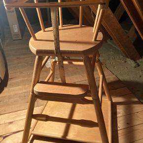 Gammeldags retro højstol til barn/baby som kan klappes sammen til Bord og stol. Af ældre dato og slidt, men helt anvendelig. Kan afhentes i lyngby