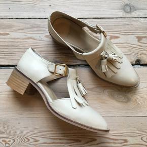 Gardenia sko med lille hæl. Model: Tamanho Farve: calf nude Str.37 men vil sige det svarer til str.38 Sender gerne! Ny pris 925,- Har bare for mange sko, så får dem ikke brugt.