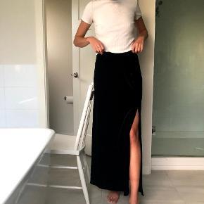 Sort vintage nederdel i velvet med side slit. I perfekt stand #secondchancesummer