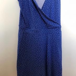 Sælger denne buksedragt/kjole, den har et stykke stof foran så den ligner en kjole:) stropperne er blevet syet op, så den er kortere end hvis man køber den som ny. Skriv gerne for mere information eller billeder:)